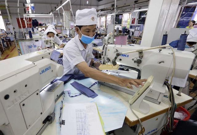 Nhiều doanh nghiệp đang đẩy mạnh số hóa hoạt động sản xuất kinh doanh.