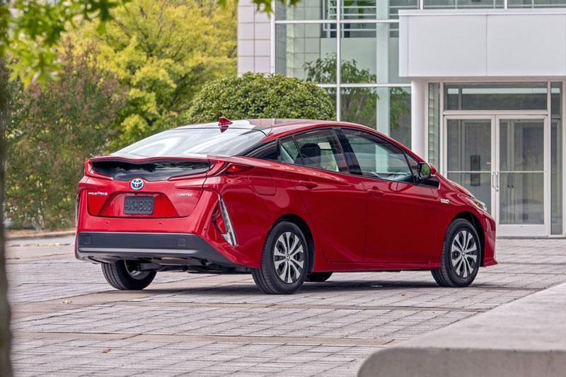 10. Toyota Prius Prime 2020 (sức chứa khoang hành lý: 561 lít).
