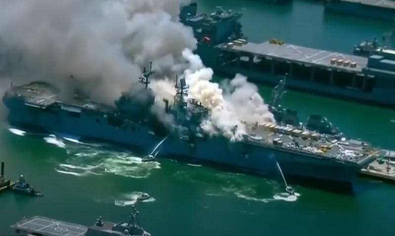 Tàu đổ bộ đa năng USS Bonhomme Richard (LHD-6) trong vụ cháy diễn ra hồi tháng 7. Ảnh: Topwar.