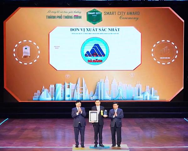 """Ngày 24/11 tại Hà Nội, đại diện lãnh đạo UBND TP Đà Nẵng đã nhận giải thưởng """"Thành phố thông minh Việt Nam 2020"""" (Vietnam Smart City Award 2020) do Hiệp hội Phần mềm và Dịch vụ CNTT Việt Nam"""