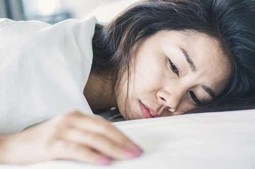 Sáng ngủ dậy phát hiện tôi lén cho em gái ngủ nhờ một đêm, chồng nổi cơn thịnh nộ buộc tôi phải vơ quần áo bỏ đi