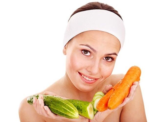 Xử lý da khô: Nếu bạn có làn da khô, thì mặt nạ cà rốt dưa chuột đơn giản này có thể giúp chữa bệnh. Điều này cũng có thể được sử dụng như một mặt nạ chống lão hóa. Thành phần: 2-3 muỗng canh nước ép cà rốt, 1 muỗng canh dưa chuột xay nhuyễn, 1 muỗng canh kem chua.