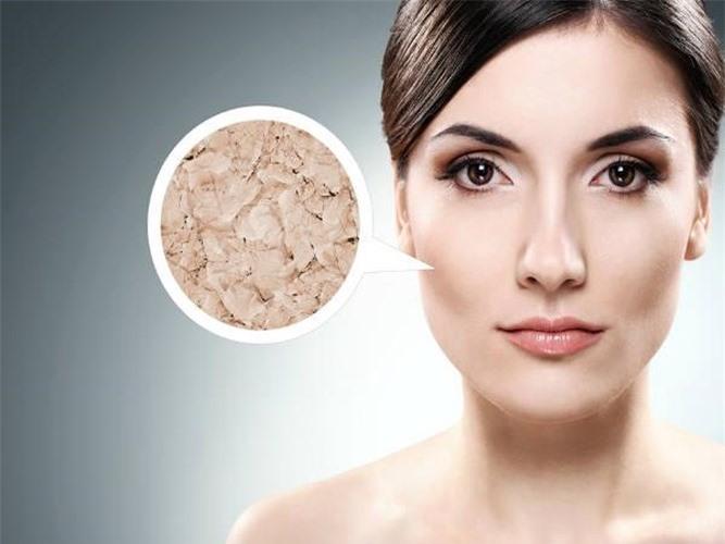 Trộn tất cả các thành phần với nhau và thoa hỗn hợp này lên cổ và mặt rồi để trên 15 phút. Sau 15 phút, rửa mặt bằng nước ấm. Mặt nạ này sẽ làm cho làn da của bạn trở nên mịn màng và giữ ẩm, do đó ngăn ngừa da khô.