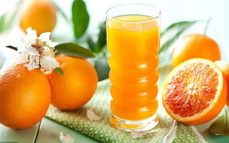 Uống từ 1 – 2 cốc nước ép từ cam thơm ngon mỗi ngày, bạn sẽ ngạc nhiên về làn da của mình ngay sau đó.
