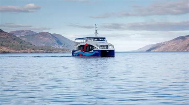 Chạm trán sinh vật bí ẩn dài 10 mét dưới hồ Loch Ness - 1