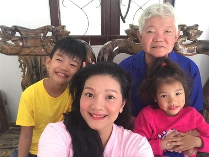 Diễn viên Kiều Trinh bên người cha già và hai con nhỏ.