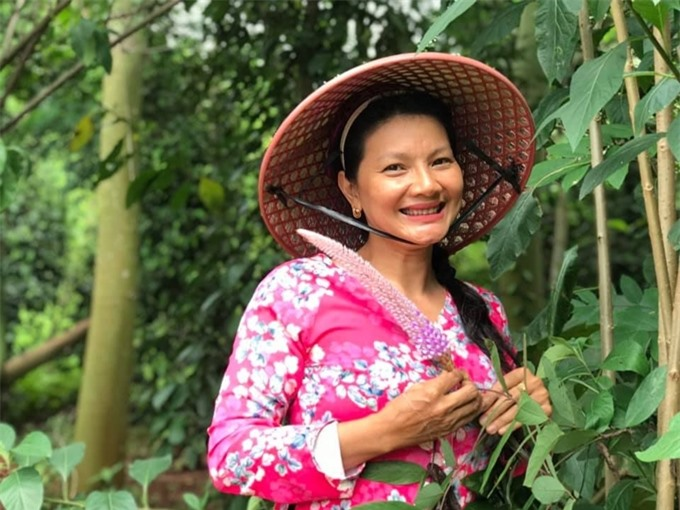 Dù bận việc ở TP HCM, Kiều Trinh thường xuyên về quê làm vườn.