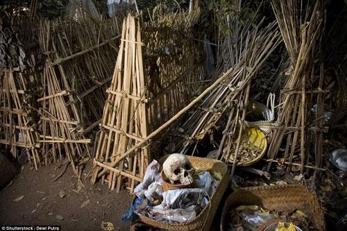 'Rợn người' với tục phơi thây người chết trong lồng tre trên đảo Bali