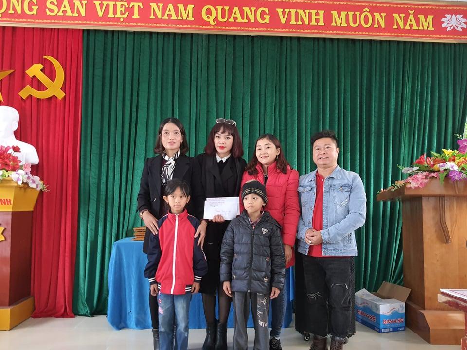 Công ty Du Lịch Việt Á và Hội Người cao tuổi Thái Nguyên chia sẻ khó khăn với bà con vùng lũ Quảng Bình