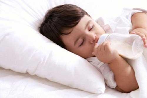 Có nên cho trẻ uống sữa vào buổi tối trước khi ngủ không?