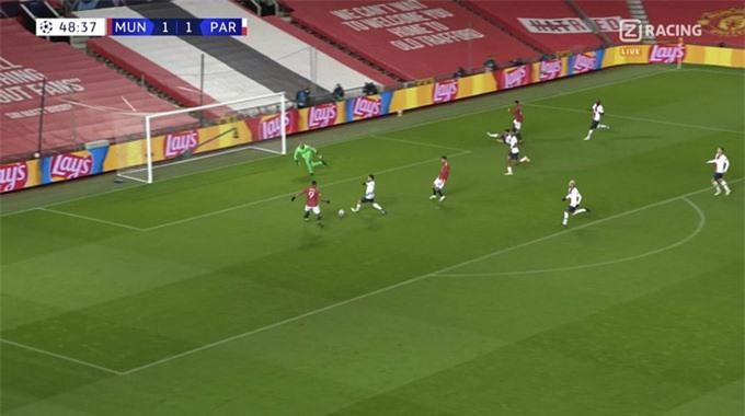 Tình huống đá bóng lên trời khó tin của Martial trước PSG