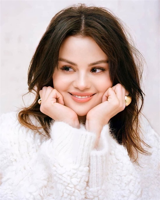 Selena xuất hiện tươi tắn, tràn đầy năng lượng trong buổi chụp hình và phỏng vấn với People.