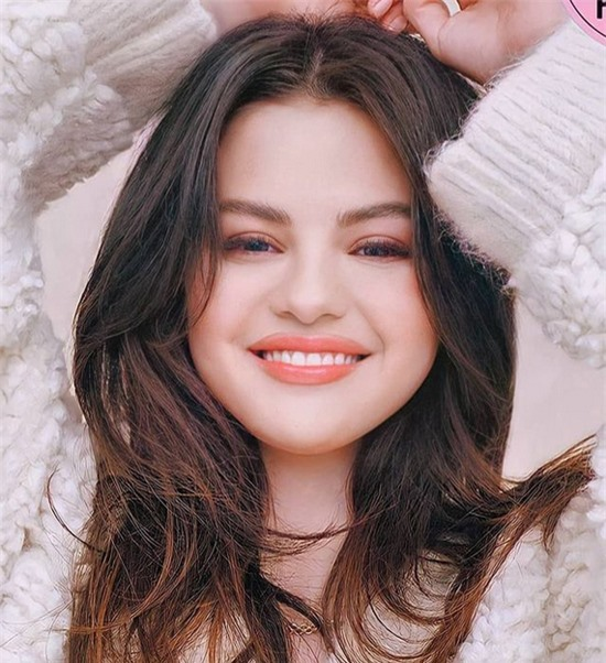 Selena được chuyên gia trang điểm gốc Việt Hung Vanngo make-up. Cô được khen trẻ đẹp như mới đôi mươi dù đã ngấp nghé tuổi 30.