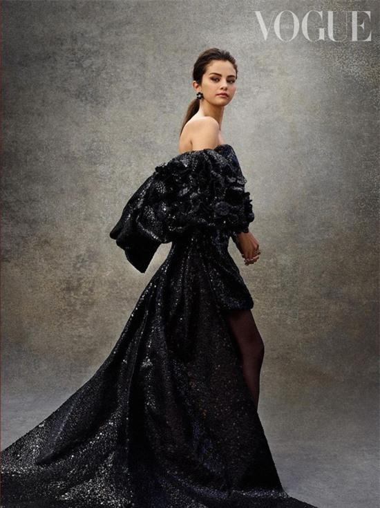 Không chỉ với People, cựu sao Disney cũng được tạp chí thời trang danh tiếng Vogue của Mexico mời chụp hình cho số báo tháng 12.