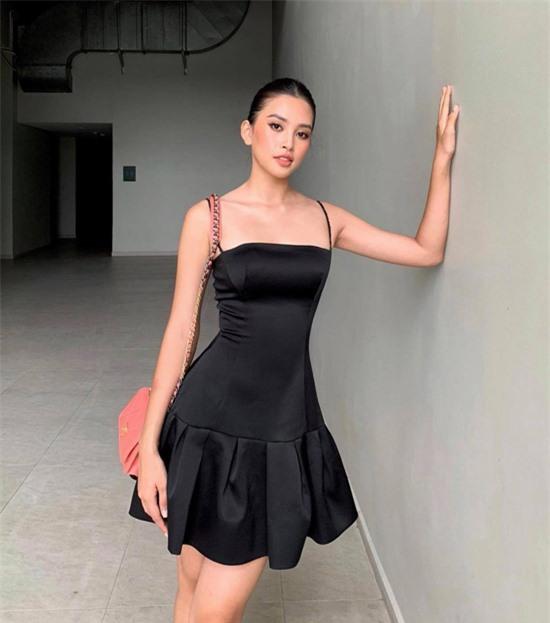 Váy hai dây dáng hạ eo có đường cắt tinh tế giúp hình thể của Tiểu Vy trở nên cuốn hút hơn.