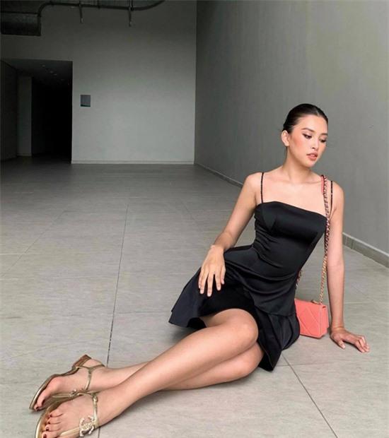 Kiểu váy lụa đen đơn giản nhưng chính phom tạo khối nhẹ nhàng cho chân váy giúp body người mặc thêm bắt mắt.