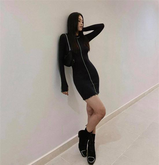 Cùng với các dáng váy ngắn xinh xắn, Tiểu Vy cũng chọn thêm nhiều mẫu đầm thun, váy dệt kim để thể hiện nét cá tính.