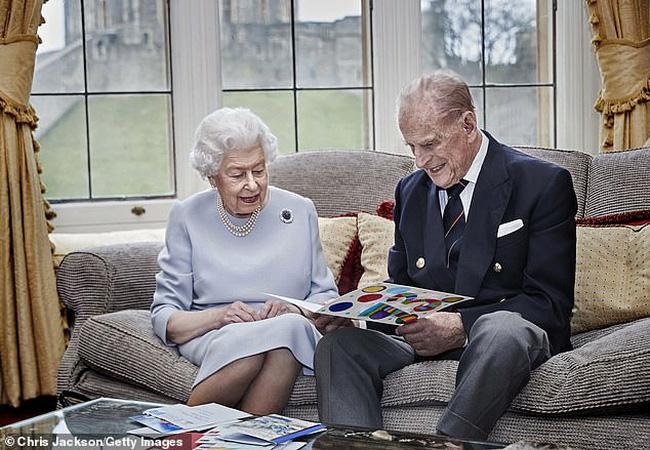 Nữ hoàng và Công tước xứ Edinburgh, người sẽ đón Giáng sinh 'lặng lẽ' tại Lâu đài Windsor năm nay, sẽ không đích thân trao quà cho các nhân viên hoàng gia, như truyền thống trong suốt triều đại của bà. (Ảnh: Getty Images)