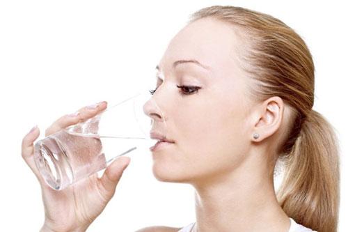5 dấu hiệu bất thường sau khi uống nước cảnh báo cơ thể có vấn đề