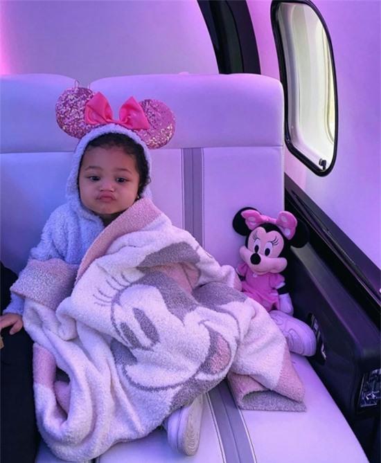 Stormi trên máy bay của mẹ trong sinh nhật hai tuổi.