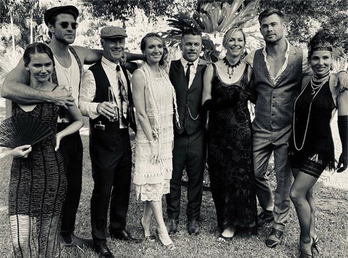 Nam diễn viên ôm Gabriella (trái) khi chụp ảnh cùng cả gia đình.