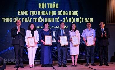 Đại diện Liên hiệp các Hội KHKT Việt Nam và Quỹ VIFOTEC trao kỷ niệm chương Vì sự nghiệp sáng tạo KH&CN Việt Nam.