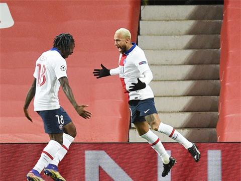 Neymar (phải) đã tỏa sáng rực rỡ trong trận PSG thắng M.U ngay tại Old Trafford