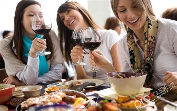 Phụ nữ uống rượu tương đương với nam giới là quan niêm sai lầm trong ăn uống