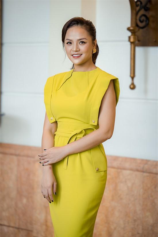 Thu Quỳnh tại họp báo ra mắt phim Lửa ấm.