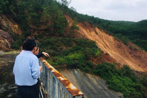 Sạt lở khoảng 5.000 m3 đất ở thủy điện Hương Điền