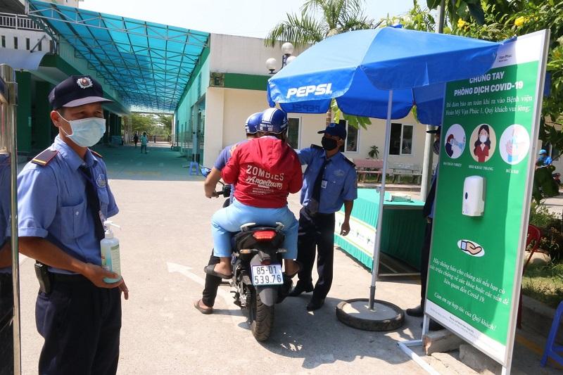 Lực lượng bảo vệ Bệnh viện đa khoa Vạn Phúc 1 làm nhiệm vụ.