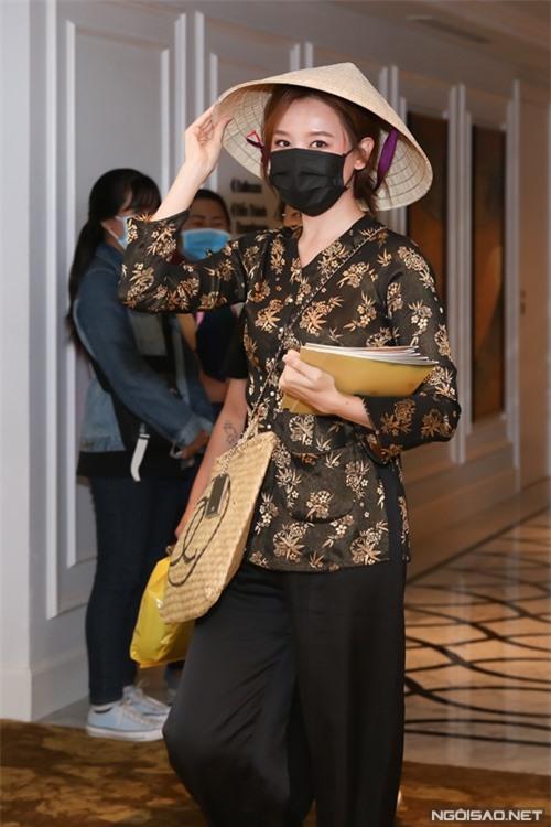 Hari Won đến địa điểm họp báo từ sớm và trốn trong một phòng riêng. Cô hồi hộp đợi đoàn phim và khách mời đông đủ để xuất hiện sau cùng, gây bất ngờ cho ông xã Trấn Thành.