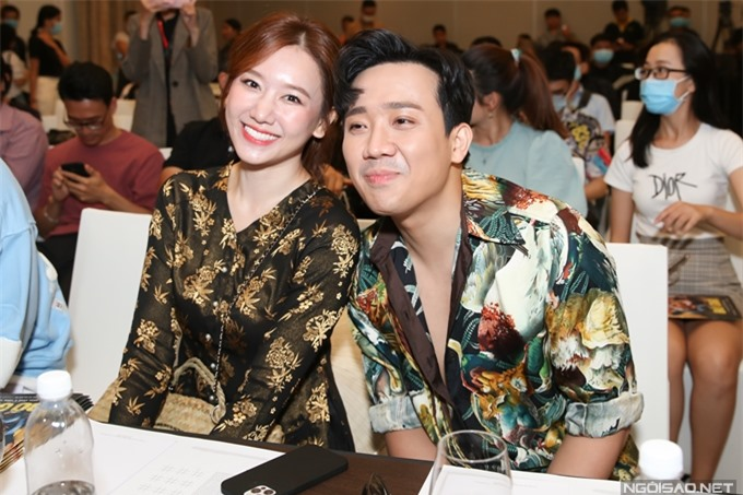 Hari Won ngồi cạnh Trấn Thành, cùng ông xã dự họp báo giới thiệu phim Bố già. Ý tưởng kịch bản về tình cảm cha con từ phiên bản web drama ăn khách hồi đầu năm do hai vợ chồng nghệ sĩ cùng xây dựng.