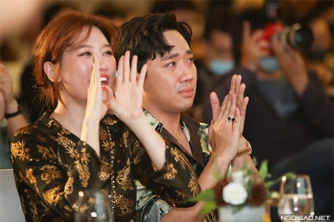 Hari Won phấn khích, Trấn Thành xúc động trước phần biểu diễn mở màn của ca sĩ Ali Hoàng Dương.