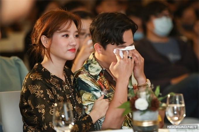 Trấn Thành lau nước mắt khi nghe Ali Hoàng Dương hát nhạc phim Bố già và tâm sự về chuyện buồn gia đình.