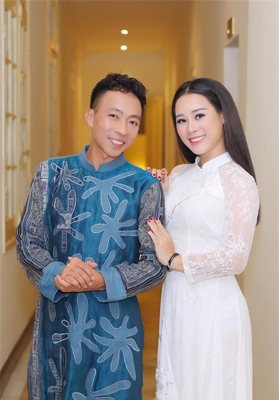 Ca sĩ Việt Hoàn là người nhiều tuổi nhất trong tam ca nhạc đỏ nhưng lại có vợ trẻ nhất. Hoa Trần - bà xã của Việt Hoàn - sinh năm 1984, kém anh 18 tuổi. Từ khi kết hôn, Hoa Trần trở thành hậu phương hỗ trợ cho ông xã phát triển sự nghiệp. Tuy nhiên từ năm 2017, cô chính thức theo đuổi con đường nghệ thuật.