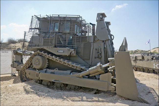 Xe ủi Caterpillar D9 của Quân đội Israel đã được bổ sung giáp và tích hợp cả hệ thống phòng thủ tên lửa. Ảnh: RG.