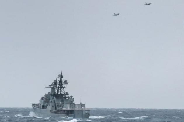Máy bay chiến đấu Anh áp sát tàu chống ngầm của Nga. Ảnh: Avia-pro.