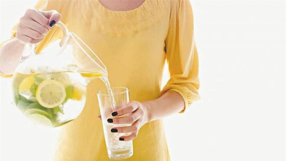 Nhiều lợi ích không ngờ khi uống 1 lý nước chanh vào buổi tối