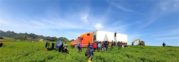 Đoàn phim đưa chiếc xe container vào thảo nguyên tại Mộc Châu - Sơn La để quay phim.