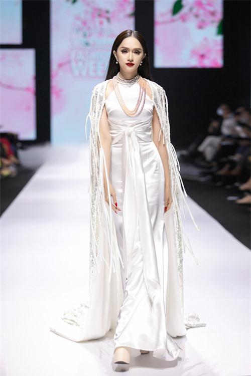 Là người em khá thân thiết với nhà thiết kế Adrian Anh Tuấn, vì thế Hương Giang là gương mặt được nhà mốt lựa chọn vào vị trí vedette.