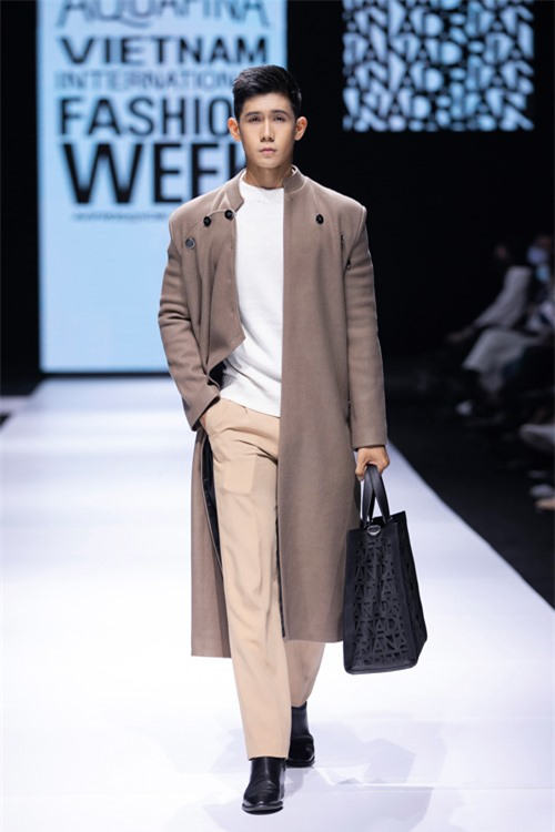 Ở mùa thu đông năm nay, Adrian Anh Tuấn còn mang tới nhiều mẫu trang phục hợp mốt dành cho phái mạnh.
