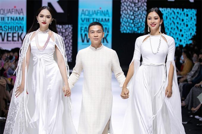 Hương Giang, nhà thiết kế Adrian Anh Tuấn, hoa hậu Tiểu Vy (từ tái sang phải).
