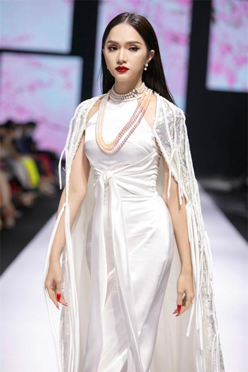 Xuất hiện trong đêm cuối của tuần lễ thời trang, Hương Giang khoe dáng gầy với váy cổ yếm đi kèm áo choàng đính kết công phu.