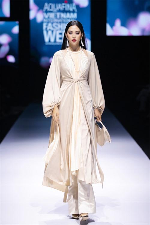 Mở màn cho bộ sưu tập Ả đào phố thị là hoa hậu Tiểu Vy - một trong những mỹ nhân chiếm được cảm tình của rất nhiều nhà mốt Việt.