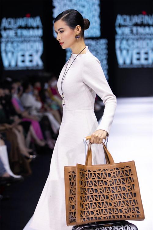 Ở các thiết kế lần này, Adrian Anh Tuấn sử dụng tông màu tự nhiên như kem, be, nâu... để mang tới những mẫu váy áo thanh lịch, tính ứng dụng cao.