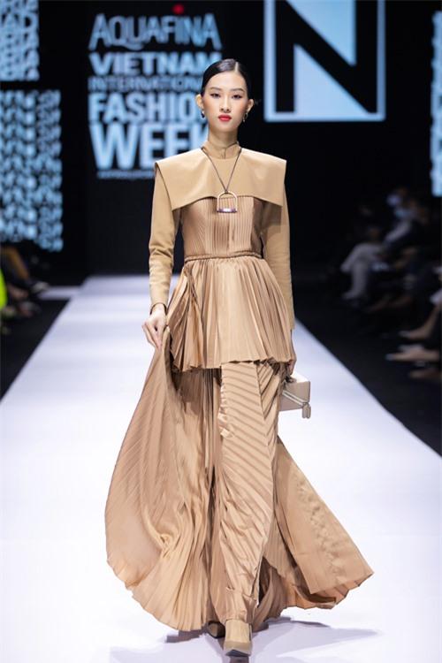 Lụa Bảo Lộc, vải chiffon hay gấm cũng được xử lý khéo léo nhằm mang lại vẻ quý phái, sang trọng cho trang phục.