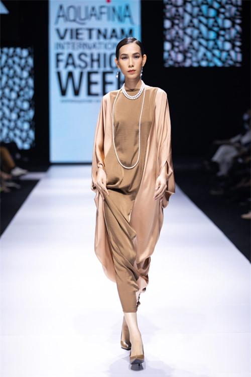 Song song với đầm ôm khít eo, váy xoắn eo là các mẫu váy lụa không kén dáng, mang lại sự thư thái cho người mặc.