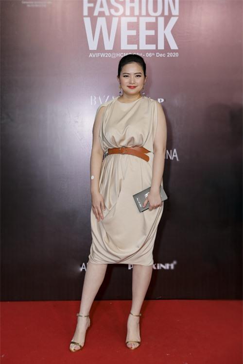 Vào đêm diễn cuối cùng của Tuần lễ thời trang Quốc tế Việt Na, Phan Như Thảo diện đầm sát nách, màu đơn sắc đến ủng hộ nhà thiết kế Adrian Anh Tuấn.