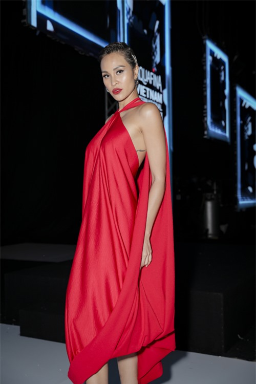 MC Phương Mai nổi bật với đầm cổ yếm trên tông màu đỏ cổ điển.